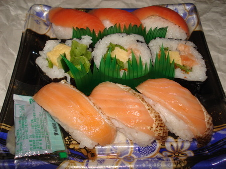 seiyu-salmon-sushi1.jpg